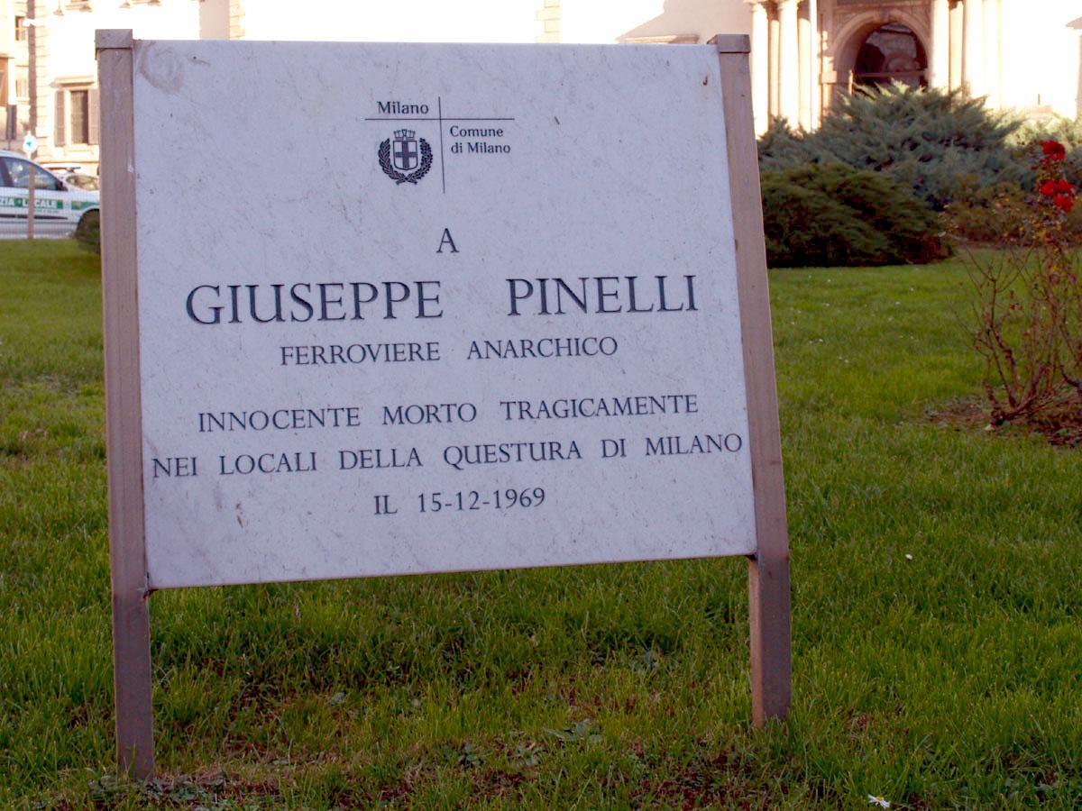 Figure 2: Plaque placée par la Mairie de Milan en 2006 qui voulait ainsi remplacer la plaque militante : « A Giuseppe Pinelli, cheminot anarchiste, mort tragiquement dans les locaux de la préfecture de Milan le 16 décembre 1969 »