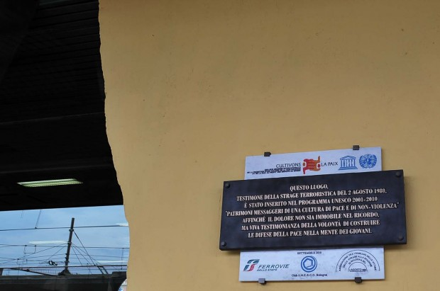 """Figure 7: La plaque de l'Unesco placée après la désignation de la gare de Bologne comme lieu de paix : « Ce lieu, témoin du massacre terroriste du 2 août 1980 a été inséré dans le programme Unesco 2001-2010 """"Patrimoines messagers pour une culture de la paix et de la non violence"""" afin que la douleur ne soit pas immobile dans le souvenir, mais témoignage vivant de la volonté de construire les défenses de la paix dans l'esprit des jeunes »."""